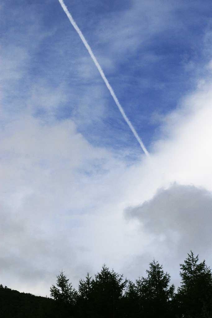 写真,素材,無料,フリー,フォト,クリエイティブ・コモンズ,風景,壁紙,乗鞍高原の一筋の雲, 飛行機雲, 青空, 雲,