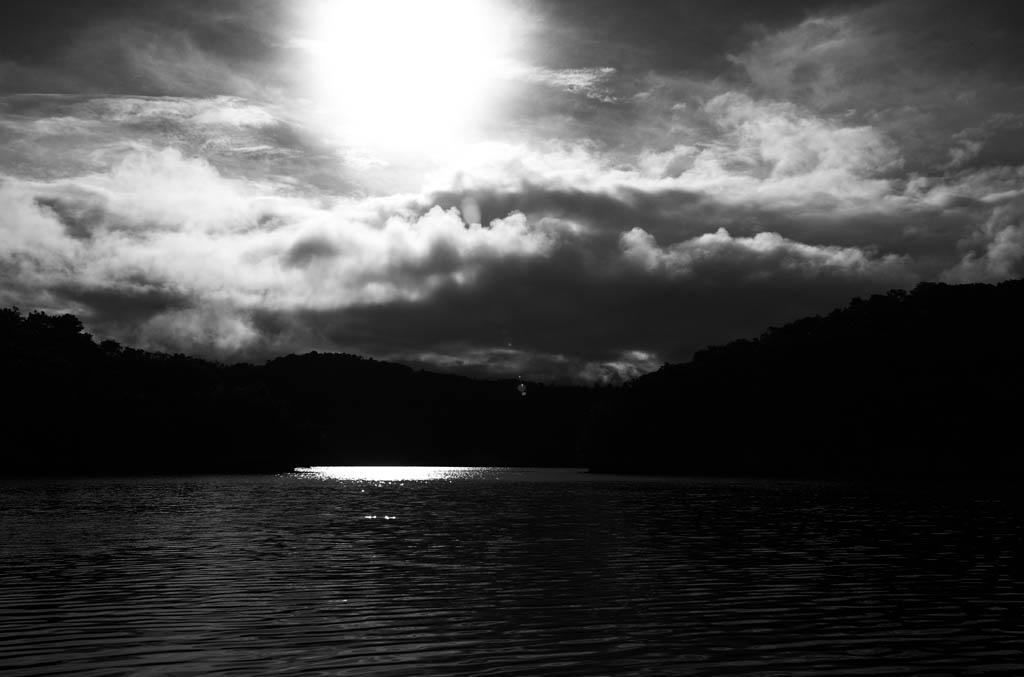 写真,素材,無料,フリー,フォト,クリエイティブ・コモンズ,風景,壁紙,南の島の隆雲, 海, 雲, 太陽, 白黒