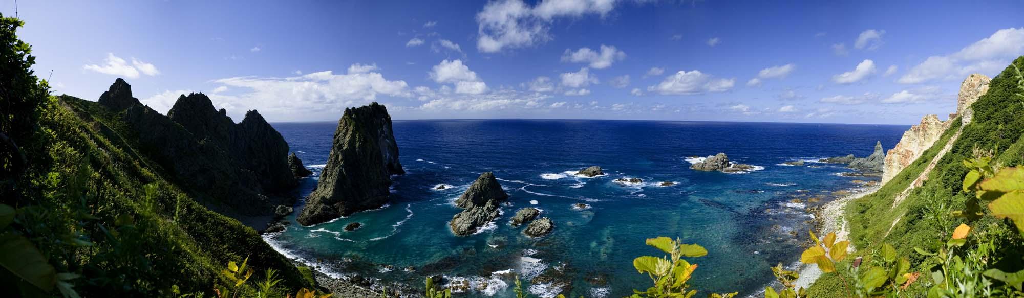 写真,素材,無料,フリー,フォト,クリエイティブ・コモンズ,風景,壁紙,島武意海岸全景, 岩山, なぎさ, 水平線, 青空