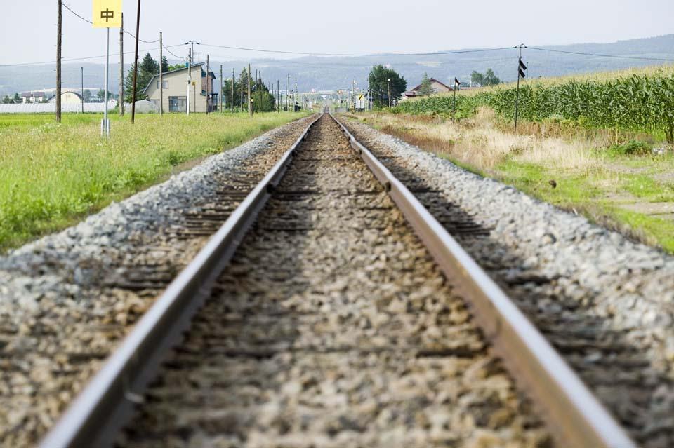 写真,素材,無料,フリー,フォト,クリエイティブ・コモンズ,風景,壁紙,線路の消失点, 線路, 鉄道, 枕木, 砂利