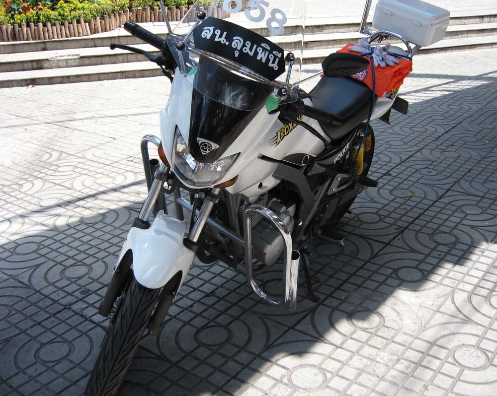 写真,素材,無料,フリー,フォト,クリエイティブ・コモンズ,風景,壁紙,タイの白バイ, オートバイ, バイク, 白バイ, 警察