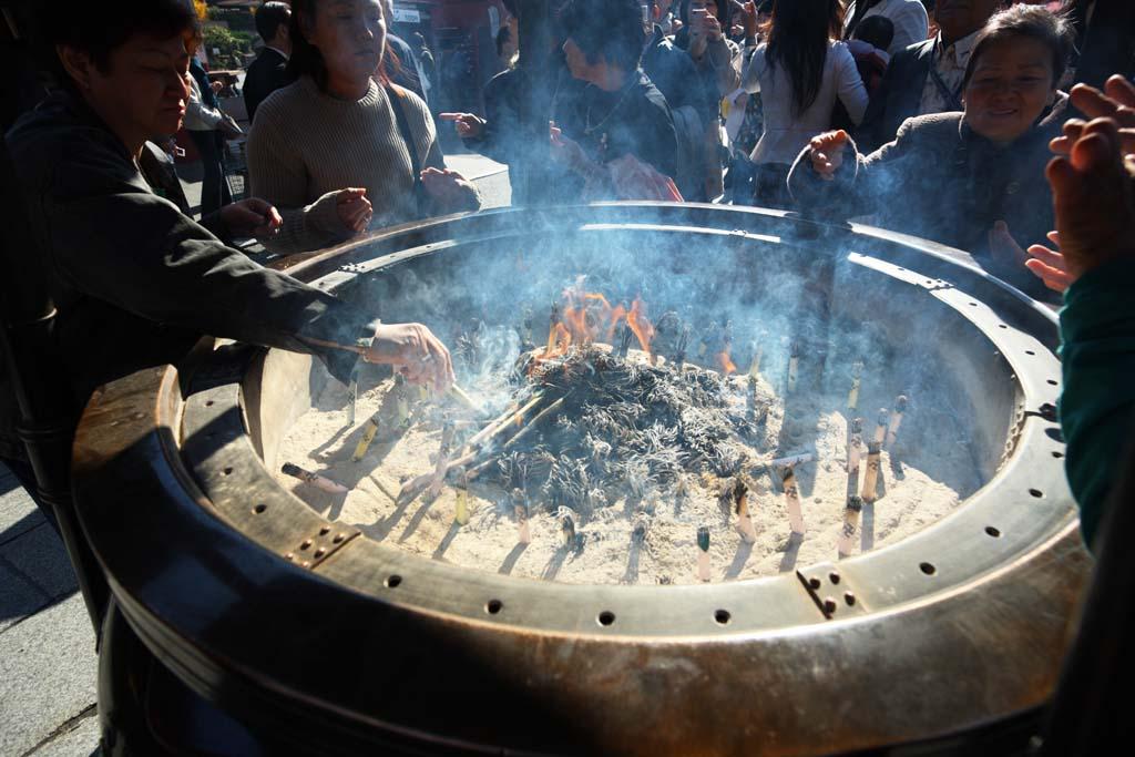 photo,material,free,landscape,picture,stock photo,Creative Commons,Senso-ji Temple incense holder, Buddhism, Senso-ji Temple, Asakusa, An incense stick