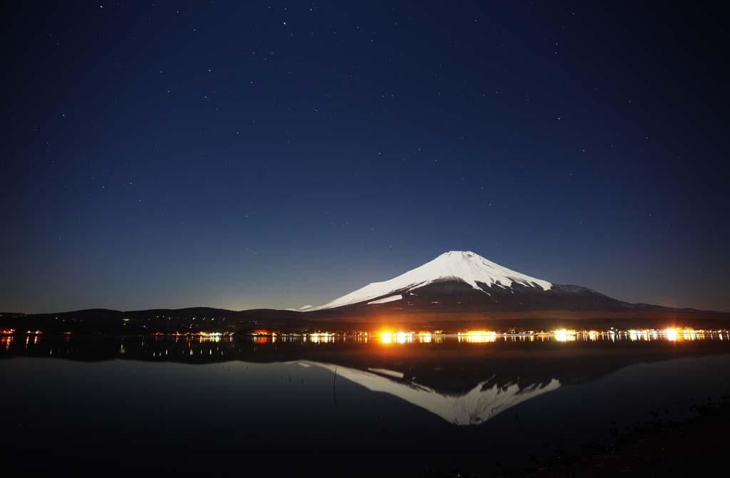 写真,素材,無料,フリー,フォト,クリエイティブ・コモンズ,風景,壁紙,富士山, フジヤマ, 雪山, 湖面, 星空